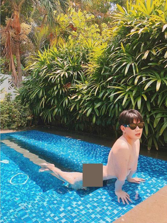 Đào Bá Lộc tung ảnh nude 100% thả dáng nằm dài trong hồ bơi đầy phản cảm  - Ảnh 1.