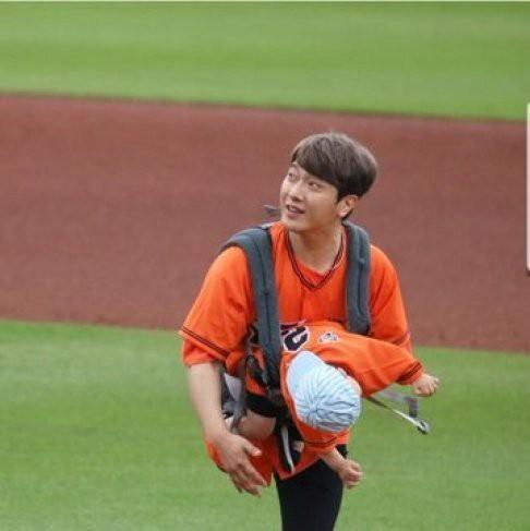 Ông bố trẻ nhất Kpop Minhwan khiến xứ Hàn phẫn nộ vì bồng con ném bóng, khiến đứa bé rơi vào tình huống nguy hiểm - Ảnh 4.