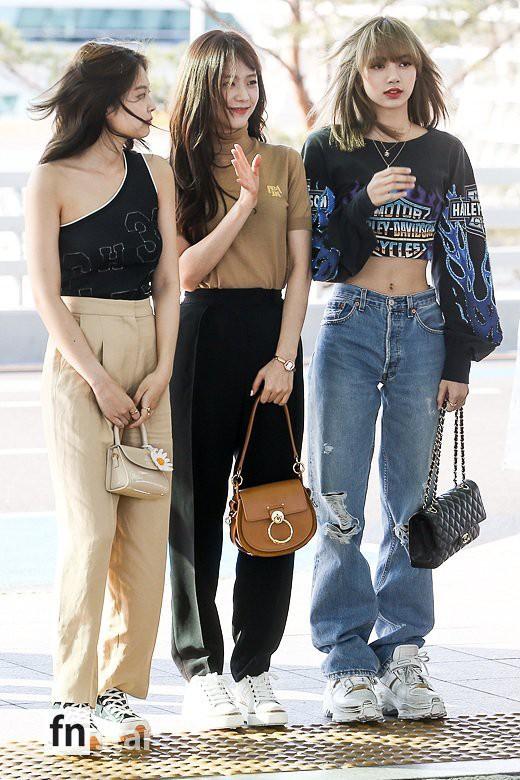 Trời ơi, BLACKPINK lại gây náo loạn sân bay: Jennie và Jisoo xuất thần, vòng eo khó tin của Lisa chiếm trọn spotlight - Ảnh 16.