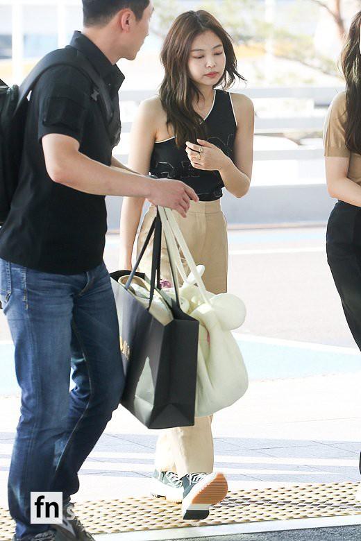 Trời ơi, BLACKPINK lại gây náo loạn sân bay: Jennie và Jisoo xuất thần, vòng eo khó tin của Lisa chiếm trọn spotlight - Ảnh 1.