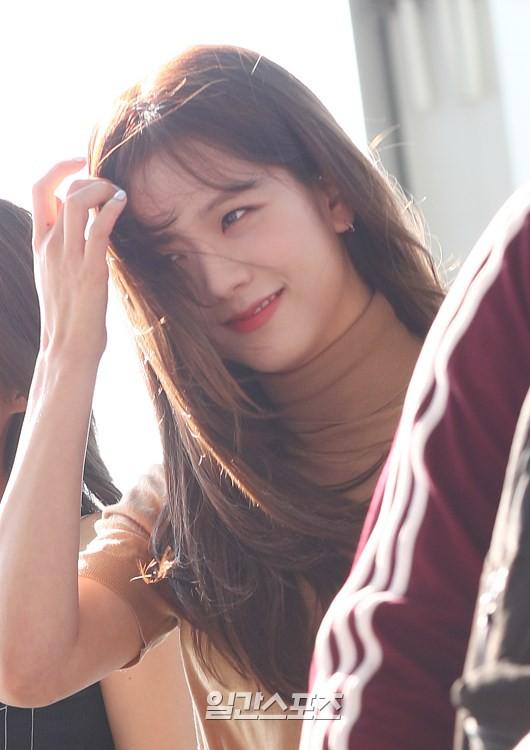 Trời ơi, BLACKPINK lại gây náo loạn sân bay: Jennie và Jisoo xuất thần, vòng eo khó tin của Lisa chiếm trọn spotlight - Ảnh 9.