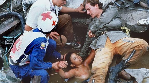 Omayra Sanchez và đôi mắt đen vô vọng - Biểu tượng của thảm hoạ tự nhiên khủng khiếp nhất lịch sử loài người - ảnh 9