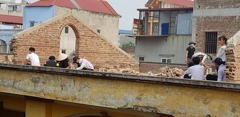Cô giáo ở Bắc Ninh phạt học sinh đội nắng đẽo gạch trên mái nhà bị khiển trách - ảnh 1
