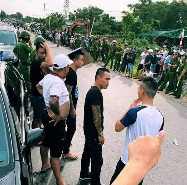 Hàng chục giang hồ vây xe cán bộ công an trước quán nhậu ở Đồng Nai - ảnh 1