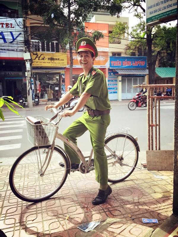 Gánh hàng nước nói không với đồ nhựa của anh chàng vừa lạ vừa quen ở Nha Trang: Thay nắp nhựa bằng... bánh tráng - ảnh 1