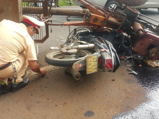 Chiếc xe máy của cặp vợ chồng bị cuốn vào gầm xe máy cày, 10 người bị thương - ảnh 2