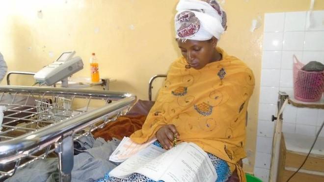 Tấm gương hiếu học: Bà mẹ Ethiopia thi hết cấp II ngay ở bệnh viện sau khi sinh con đúng 30 phút - ảnh 1