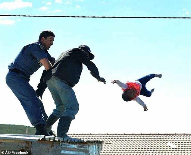 Bố nhẫn tâm ném con gái từ mái nhà xuống đất nhưng bất ngờ nhất là phản ứng của đám đông bên dưới và mức án dành cho kẻ này - ảnh 1