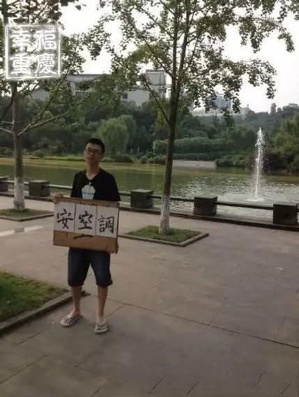 Nhà trường không chịu lắp máy lạnh, nam sinh cầm bảng biểu tình một lúc nhưng nóng quá nên nhảy xuống hồ làm loạn tiếp - ảnh 1