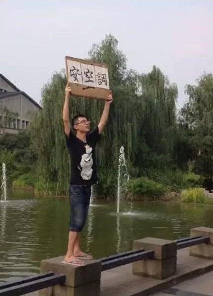 Nhà trường không chịu lắp máy lạnh, nam sinh cầm bảng biểu tình một lúc nhưng nóng quá nên nhảy xuống hồ làm loạn tiếp - ảnh 2