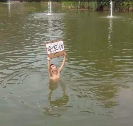 Nhà trường không chịu lắp máy lạnh, nam sinh cầm bảng biểu tình một lúc nhưng nóng quá nên nhảy xuống hồ làm loạn tiếp - ảnh 4
