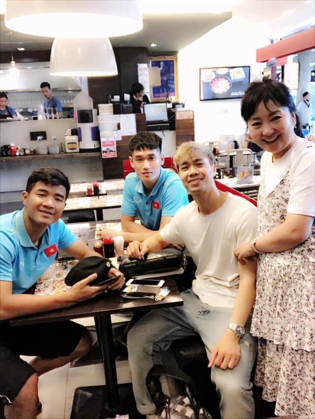 Vợ HLV Park Hang-seo chụp ảnh tươi tắn cùng Công Phượng, Đức Chinh, con trai cảm thán: Mama có rất nhiều con trai - Ảnh 1.