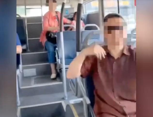 Ông bà lấy bô cho cháu gái đi nặng ngay trên xe buýt khiến cộng đồng mạng tranh cãi gay gắt - Ảnh 2.