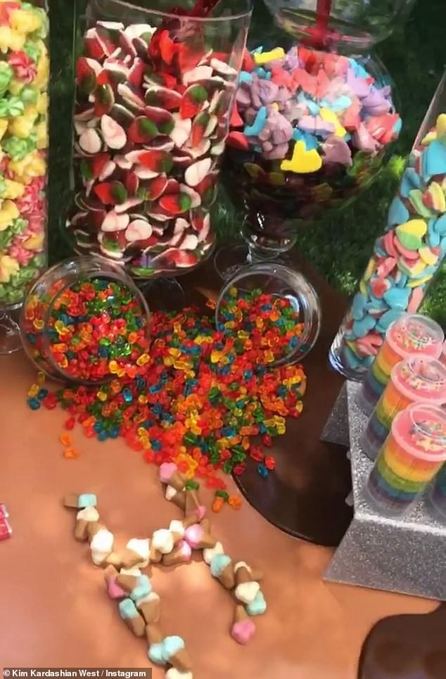 Choáng váng tiệc sinh nhật ngập tràn kẹo ngọt siêu to khổng lồ của con gái lớn nhà Kim: Đúng là rich kids! - Ảnh 2.