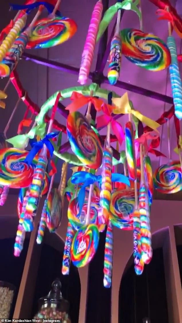 Choáng váng tiệc sinh nhật ngập tràn kẹo ngọt siêu to khổng lồ của con gái lớn nhà Kim: Đúng là rich kids! - Ảnh 1.