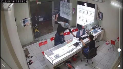 Truy bắt đối tượng dùng hung khí truy sát chủ cửa hàng ĐTDĐ ở Sài Gòn - ảnh 1