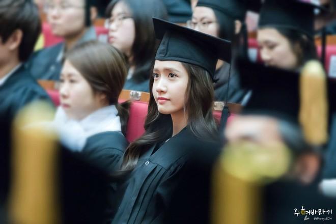 Muôn kiểu sao Hàn gây náo loạn khi đến trường: Sương sương đi học, đi thi thôi mà như dự sự kiện, đẹp tựa cảnh phim - Ảnh 1.