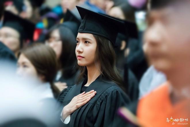 Muôn kiểu sao Hàn gây náo loạn khi đến trường: Sương sương đi học, đi thi thôi mà như dự sự kiện, đẹp tựa cảnh phim - Ảnh 2.