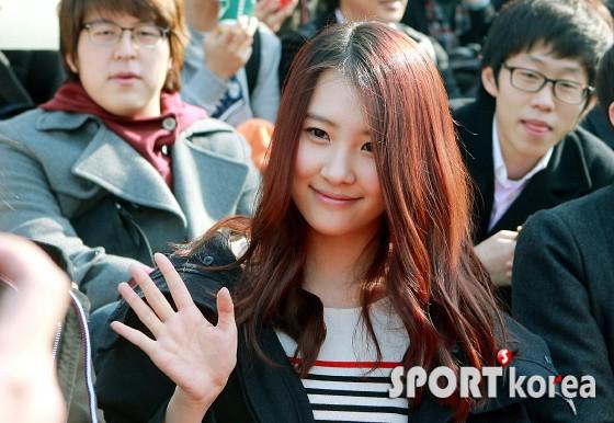 Muôn kiểu sao Hàn gây náo loạn khi đến trường: Sương sương đi học, đi thi thôi mà như dự sự kiện, đẹp tựa cảnh phim - Ảnh 17.
