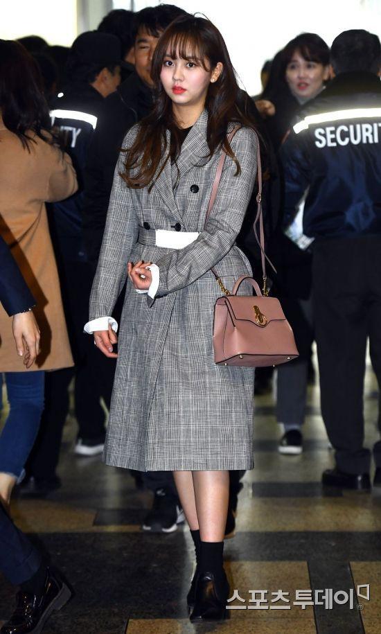 Muôn kiểu sao Hàn gây náo loạn khi đến trường: Sương sương đi học, đi thi thôi mà như dự sự kiện, đẹp tựa cảnh phim - Ảnh 19.