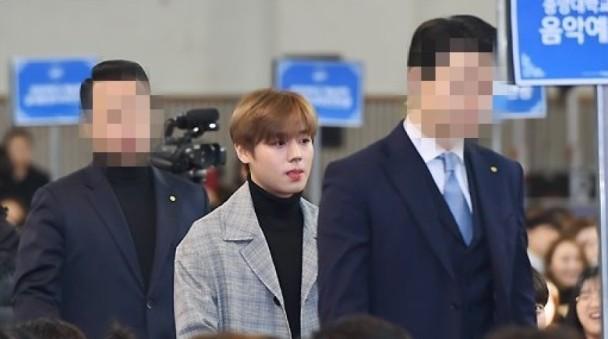Muôn kiểu sao Hàn gây náo loạn khi đến trường: Sương sương đi học, đi thi thôi mà như dự sự kiện, đẹp tựa cảnh phim - Ảnh 29.