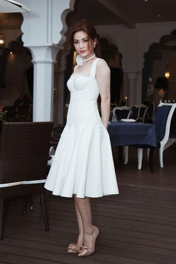 Đẹp khoe xấu che: Để không lộ bắp tay đẫy đà như Á hậu Diễm Trang, chị em nên sắm ngay 5 kiểu áo sau - ảnh 1