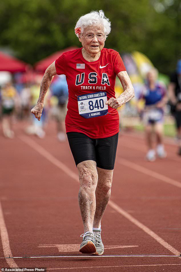 Bà cụ 100 tuổi mới tập chạy bộ, 103 tuổi vô địch giải chạy toàn quốc kèm hàng loạt kỷ lục không thể tin nổi - ảnh 2