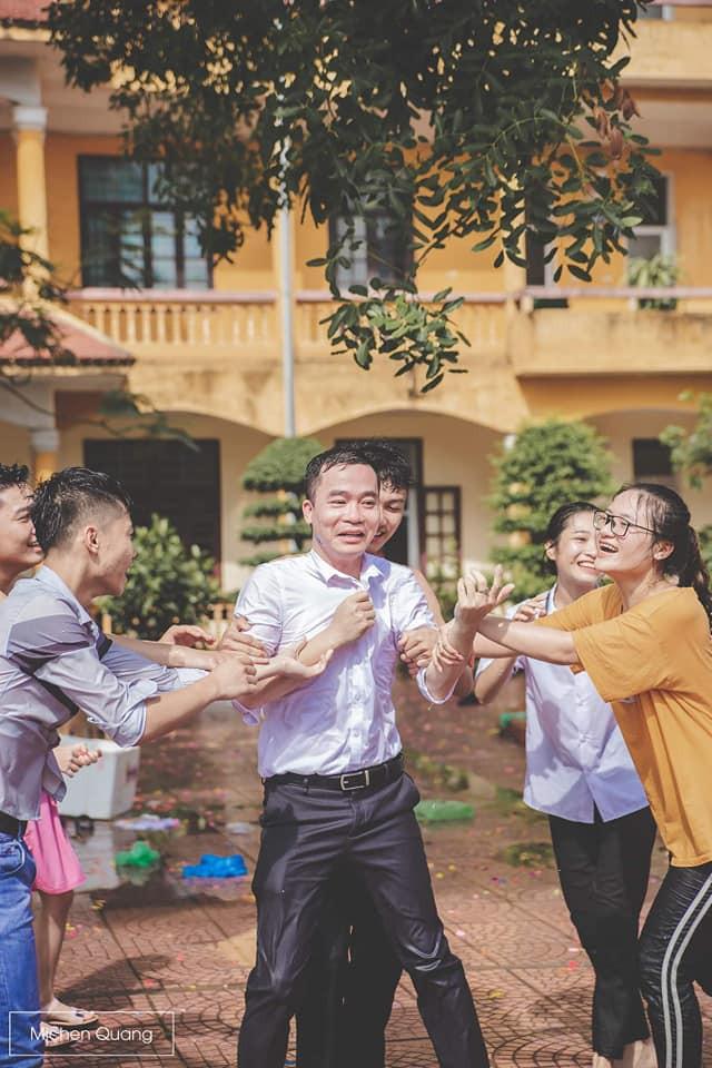 Khơi mào màn ném bóng nước với học sinh, thầy bí thư bị ném lại không trượt phát nào trong buổi học cuối cùng - ảnh 1
