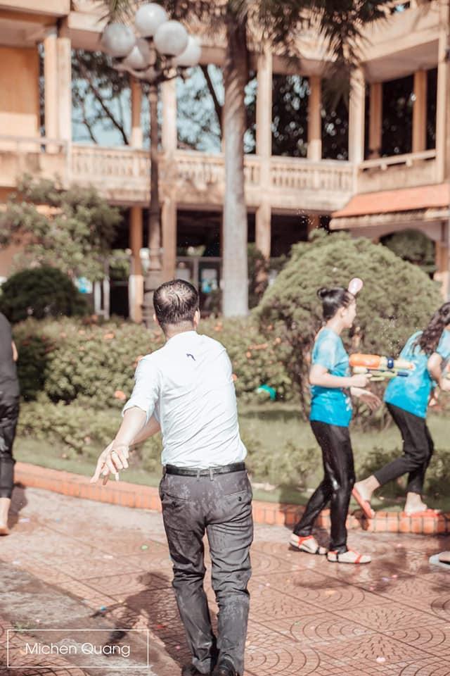 Khơi mào màn ném bóng nước với học sinh, thầy bí thư bị ném lại không trượt phát nào trong buổi học cuối cùng - ảnh 4