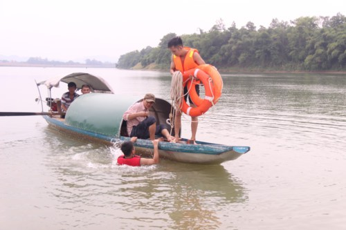 2 thí sinh lớp 12 đuối nước trước kỳ thi THPT Quốc gia: Đã tìm thấy thi thể nạn nhân thứ 2 sau 15 giờ tìm kiếm - Ảnh 1.