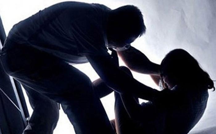 2 nam thanh niên khoảng 19, 20 tuổi nghi hiếp dâm người phụ nữ 64 tuổi giữa cánh đồng