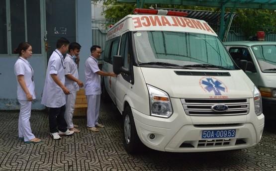 Xe cấp cứu đưa nữ sinh Sài Gòn vừa mổ ruột thừa đến điểm thi THPT - ảnh 1