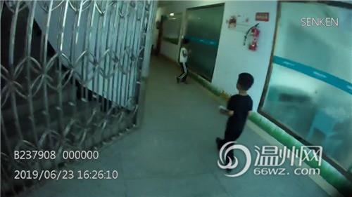 Bắt gặp bé trai 4 tuổi đi lang thang trên đường, cảnh sát hỏi ra mới biết câu chuyện rất đáng khen - ảnh 2