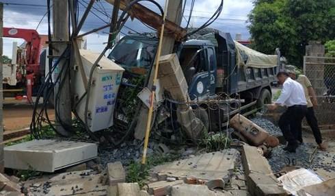 Xe ben cán nát xe máy: 600 hộ dân mất điện, 2 người thương vong - ảnh 1