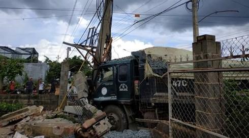 Xe ben cán nát xe máy: 600 hộ dân mất điện, 2 người thương vong - ảnh 2