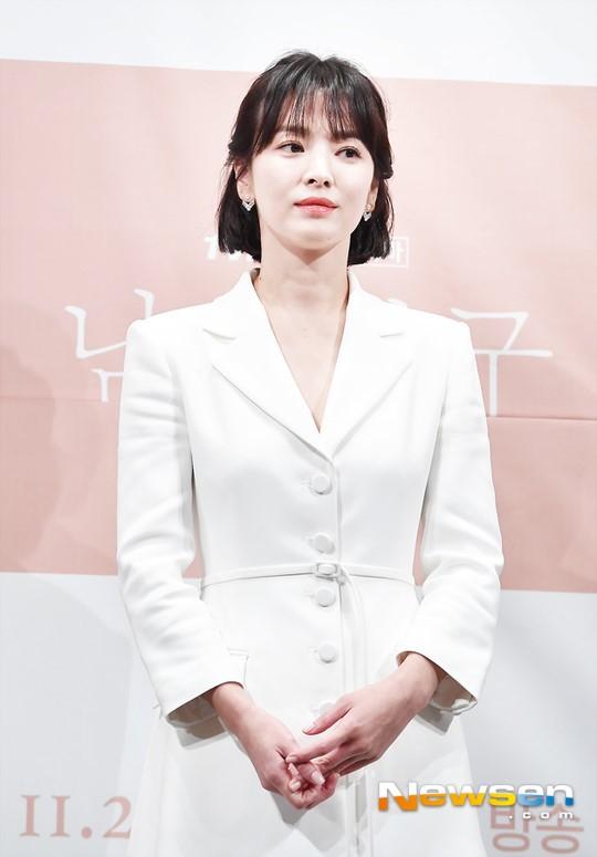 Bạn bè tiết lộ lí do Song Hye Kyo không đeo nhẫn cưới: Cô ấy sụt 5kg, khóc lóc tâm sự về khó khăn hôn nhân - Ảnh 1.