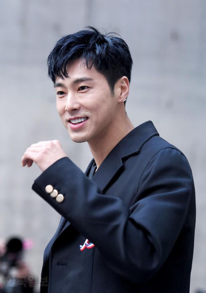 """Những lý do khiến dàn idol """"non xanh"""" phải cúi mình ngả nón trước màn solo của lão đại Kpop Yunho (DBSK) - Ảnh 6."""