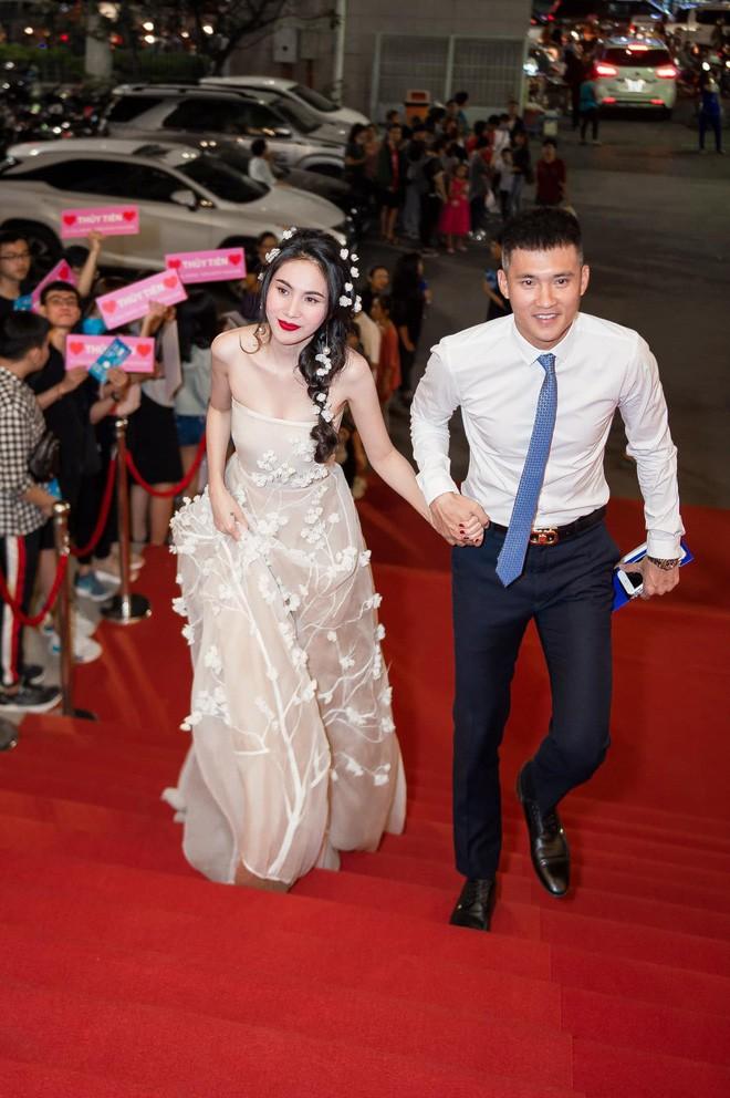 Giữa cơn bão chia tay của sao quốc tế, Lê Công Vinh nhờ dân mạng tư vấn hôn nhân với Thủy Tiên - Ảnh 3.