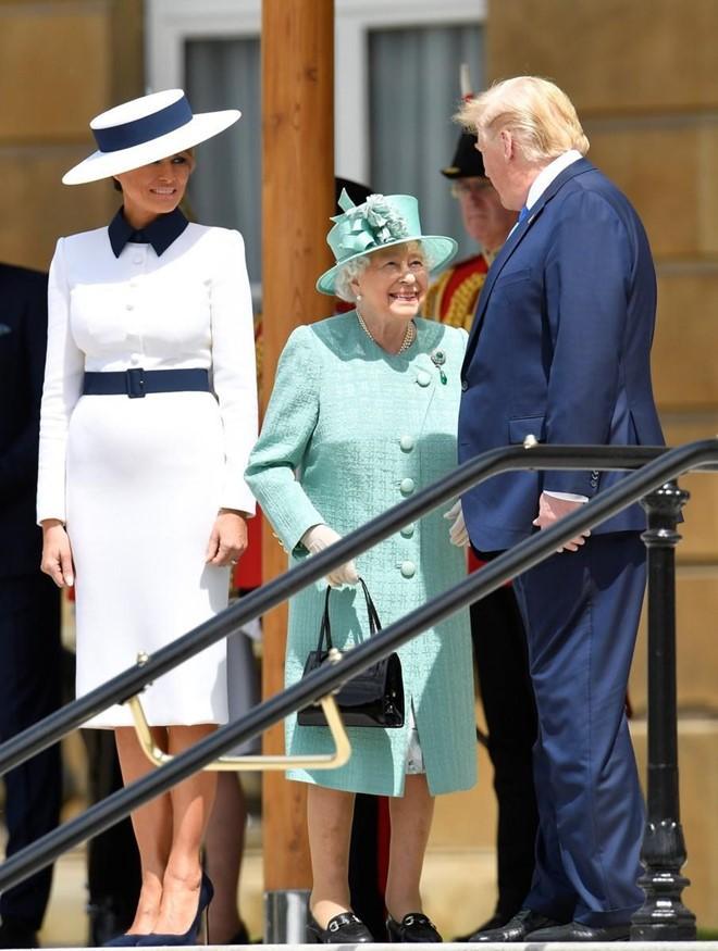 """Vừa được khen mặc đẹp, bà Melania Trump lại tụt điểm thời trang vì chiếc """"mũ đĩa bay"""" - ảnh 8"""