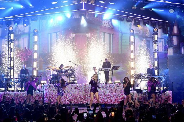 Taylor Swift đáp trả cực gắt tại Amazon Prime Day Concert khi hãng đĩa cũ bất ngờ tái phát hành đĩa đơn của mình - Ảnh 1.