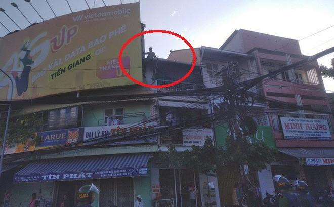 Nam thanh niên nghi ngáo đá leo lên nóc nhà nhiều người dân chửi bới, đập phá - Ảnh 1.