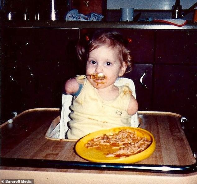 Nghị lực phi thường của cô gái dù không có tay chân nhưng vẫn tự lái xe, nấu ăn ngon và trở thành YouTuber được yêu thích - ảnh 2