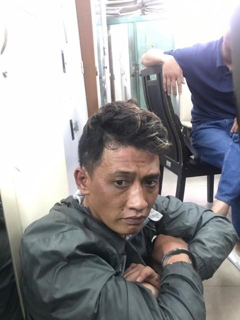 Bị truy đuổi, nhóm cướp dùng hung khí, bình xịt hơi cay tấn công người dân và công an Sài Gòn - ảnh 1