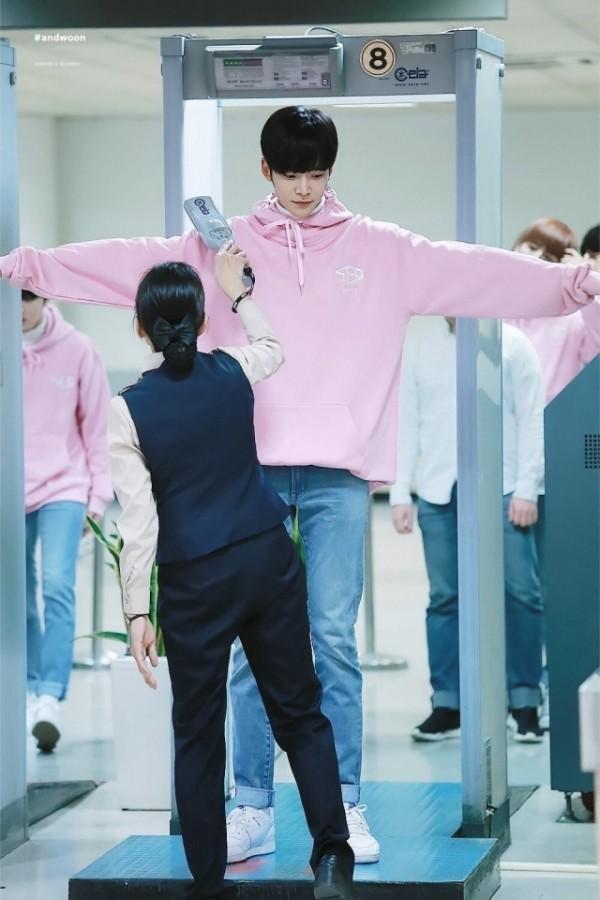 Giật mình các nam thần Hàn cao trên 1m9 đứng bên đồng nghiệp: Như người khổng lồ, Lee Kwang Soo chưa là gì so với số 5 - ảnh 23
