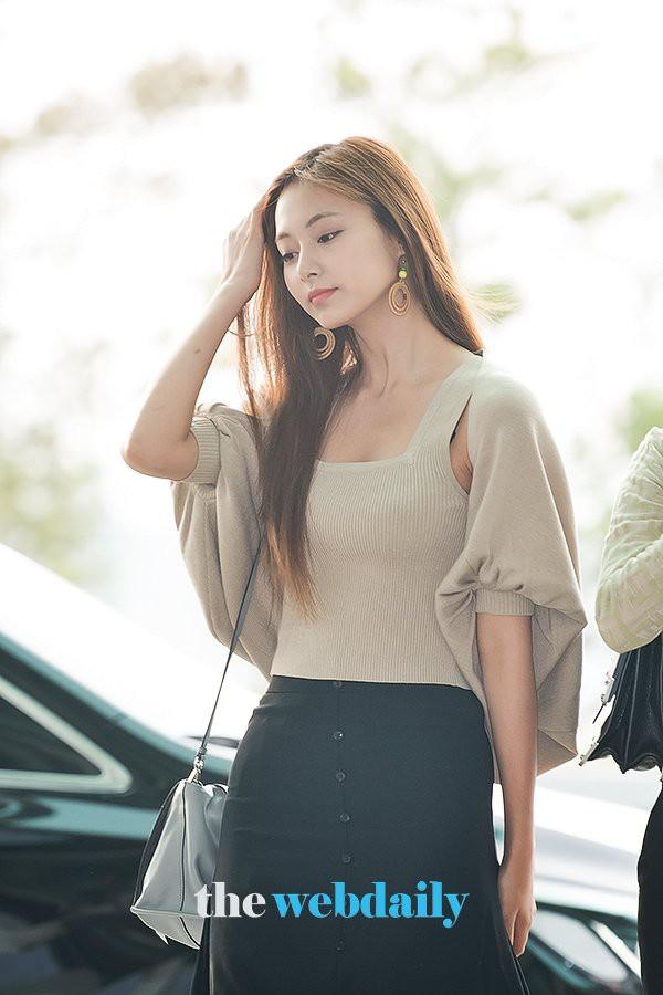 Nữ thần thế hệ mới Tzuyu (TWICE) gây choáng với vẻ đẹp xuất thần và biểu cảm của nhân viên sân bay nói lên tất cả - ảnh 6