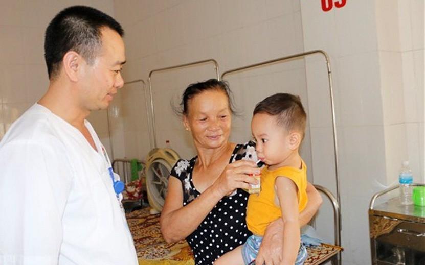 Cháu bé 19 tháng tuổi suýt tử vong vì bị mắc dị vật khi ăn cháo xương