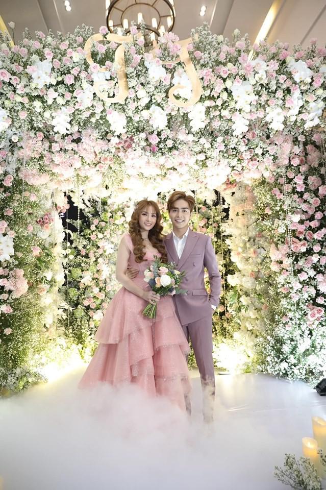 Cô dâu Thu Thủy chọn váy màu hồng của NTK Việt, tiết lộ đây cũng là người thiết kế váy cưới cho Đàm Thu Trang - ảnh 1