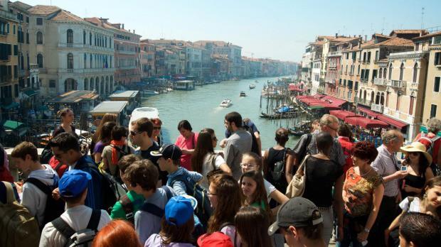 """Hồn nhiên ngồi pha cà phê và nấu ăn trên cầu, 2 du khách bị phạt nặng và """"đuổi cổ"""" khỏi Venice - ảnh 7"""