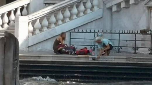 """Hồn nhiên ngồi pha cà phê và nấu ăn trên cầu, 2 du khách bị phạt nặng và """"đuổi cổ"""" khỏi Venice - ảnh 4"""