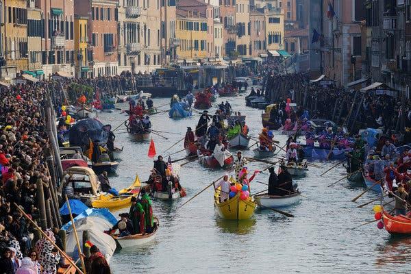 """Hồn nhiên ngồi pha cà phê và nấu ăn trên cầu, 2 du khách bị phạt nặng và """"đuổi cổ"""" khỏi Venice - ảnh 6"""